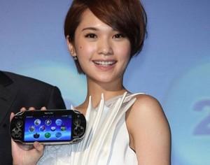 Rainie Yang, alla presentazione di PS Vita ammette candidamente che il suo gioco preferito sia Super Mario e tiene la PS Vita... così. Tante coccole.
