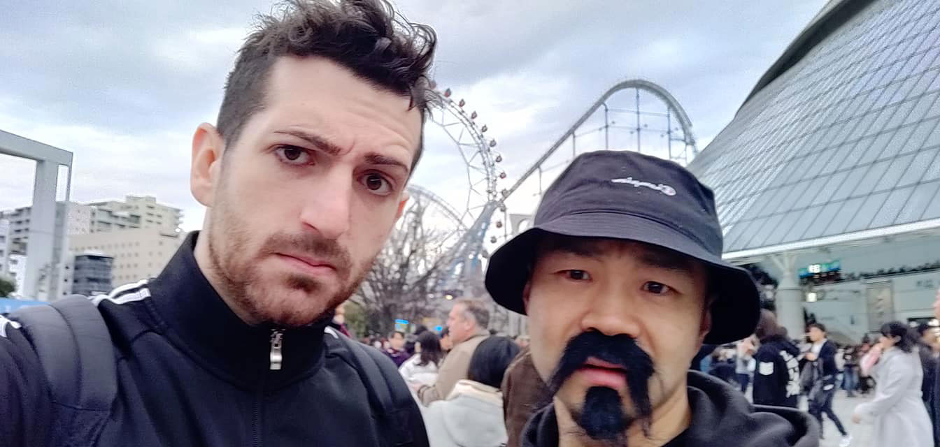 Vita in compagnia di un cosplayer di Gedo, manager e booker in NJPW.