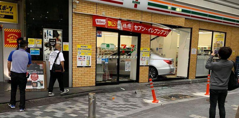 Shinjuku: automobile entra di prepotenza in un 7-Eleven