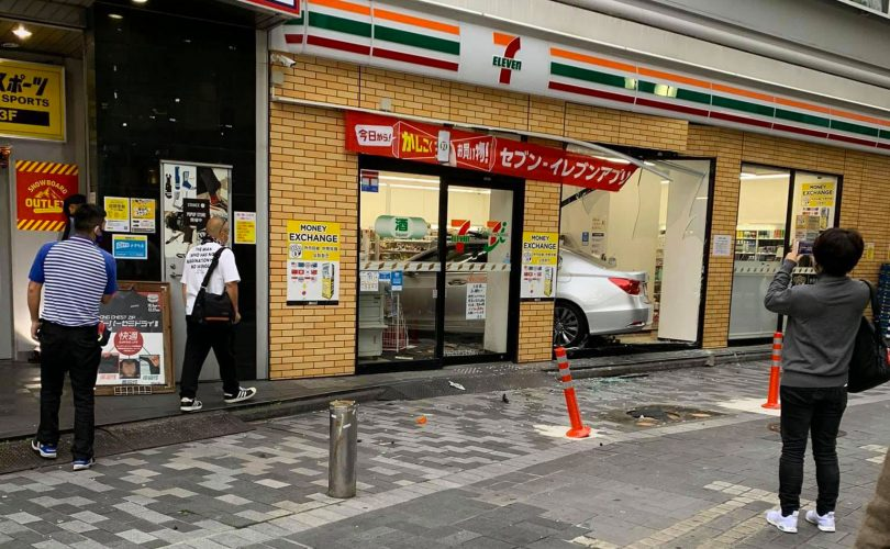 Shinjuku: automobile entra di prepotenza in un 7-Eleven